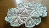 試行錯誤のモチーフ  その3 - 空色テーブル  編み物レッスン&編み物カフェ