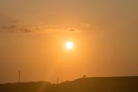 夕日の中で - 東に向かえば海がある