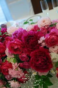 5月の装花 ホテルニューオータニアーチェロ様へ、深いピンクのシャクヤクとカラーとカスミソウで - 一会 ウエディングの花