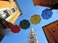 傘と青空と鐘楼 (Modena) - エミリアからの便り