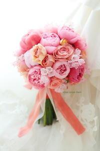 クラッチブーケ ホテル椿山荘東京様へ コーラルピンクの芍薬ブーケ - 一会 ウエディングの花