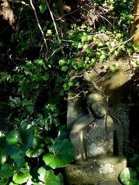 穏やかな五月の陽だまりの中で、静かな時が | 傳福寺の如意輪観音石仏 - 横須賀から発信 | プラス プロスペクトコッテージ 一級建築士事務所