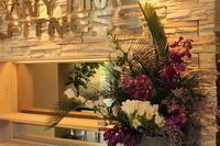 エニタイムフィットネス赤羽北店様 定期活け込みの花 ソテツとモカラ - 北赤羽花屋ソレイユの日々の花