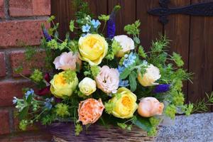 爽やかな元気の出る籠盛りをお届け。。。大輪の薔薇いっぱい詰め込んで。。。 - 元英国在住アート・セラピストが造る癒しの庭