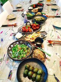 ヤンニョムチキンクラステーブルはこんな感じ!おかずも一杯です - 今日も食べようキムチっ子クラブ (我が家の韓国料理教室)