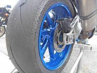 F田サン号 BMW HP4とナルトモ号 KTM DUKE200のタイヤ交換♪ - バイクパーツ買取・販売&バイクバッテリーのフロントロウ!