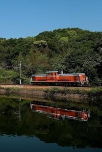 初夏の池の畔。 - 山陽路を往く列車たち
