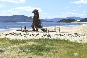 虹ケ浜海岸にそびえる流木ゴジラ - 長州より発信