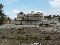 バッビウス・フィリヌスの記念碑  古代コリントス - 日刊ギリシャ檸檬の森 古代都市を行くタイムトラベラー
