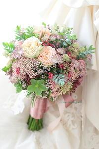 ブーケ クラッチ仕立て 綱町三井倶楽部様へ スモーキーピンク - 一会 ウエディングの花