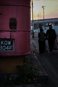 暮れなずむ街の英国製廃バス - Film&Gasoline