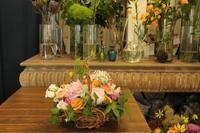送別のアレンジ バスケットで持ち運びやすく - 北赤羽花屋ソレイユの日々の花