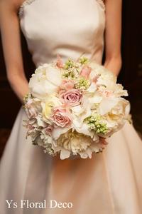 芍薬をいれたラウンドブーケ 白に薄めピンクを挿し色に - Ys Floral Deco Blog