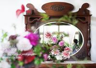"""鏡の中の…。人が去るのを待つのもよいけど画角にいれちゃうのもアリ。横浜山手西洋館、花と器のハーモニー2017「もてなしの華物語~全7章」からイギリス館。 - 東京女子フォトレッスンサロン『ラ・フォト自由が丘』の""""恋するカメラ"""""""
