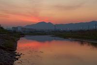 夜明けの二上山~川面に映える鞍昇り - katsuのヘタッピ風景