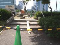 中途半端じゃ、いや! 通すのか 通さないのか! No.3 樋井川右岸ヒルトン福岡シーホーク西側公園の車いすゲート - 車いすで街へ 踏み出そう車輪の一歩