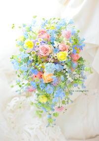 シャワーブーケ アニヴェルセルみなとみらい様へ マトリカリアとスズランのミックスカラーブーケ - 一会 ウエディングの花