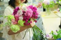 5月の定期レッスン 和の花のブーケ 6月は、オーダーブーケ、8月は会場装花のレッスンです - 一会 ウエディングの花