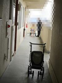 玄関前の廊下で - どうしちゃったんだよ、お母さん。