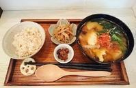 本日の営業時間は16:00~19:30です。今日のお味噌汁は「揚げ茄子とがんもどきの豚汁」と… - miso汁香房(ロジの木)