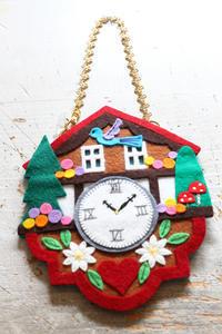 鳩時計のチャーム~「切って! 貼って! 刺しゅうをする フェルトと遊ぶ」より~ - ビーズ・フェルト刺繍作家PieniSieniのブログ