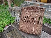 リュックになっている古い葡萄籠 - 古布や麻の葉