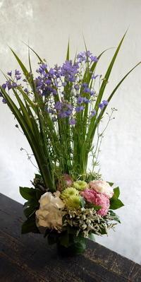 お祖父様の七回忌に。「華やか、フワッと、紫色を少し入れて」。富良野市日の出町に発送。2017/06/08着。 - 札幌 花屋 meLL flowers