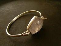 クオーツ バングル - 石と銀の装身具