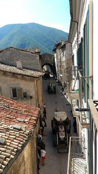 丸太・ラバの行進と山中の湖、アブルッツォ スカンノ - イタリア写真草子 - Fotoblog da Perugia