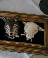 『屋根裏パレード』ブローチ - Aki  ~羊毛のオオカミたち~