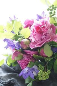 芍薬と桔梗のブーケロン♪ - お花に囲まれて