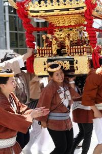 粋でいなせなお姐さんたちが、上下に振るのは大きな神輿(荒川区、素戔嗚神社の天王祭)(その最終回) - 旅プラスの日記