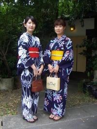 遊月定番の紺色浴衣をお選びに。 - 京都嵐山 着物レンタル&着付け「遊月」
