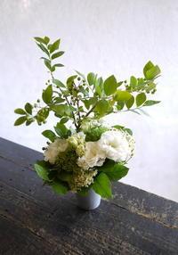 三回忌に。「白~グリーン、洋花、可愛らしい感じ」。2017/06/18。 - 札幌 花屋 meLL flowers