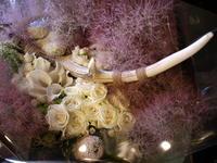 Zepp Sapporoでライブの石井竜也さんへの花束。「ベージュ、白、グリーン。砂漠+北海道イメージ。」。2017/06/18。 - 札幌 花屋 meLL flowers
