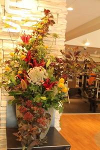 エニタイムフィットネス赤羽北店様 定期活け込みの花 夏のブラウン - 北赤羽花屋ソレイユの日々の花