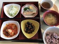 社食の健康定食は「鶏のトマト煮」でした。 - よく飲むオバチャン☆本日のメニュー