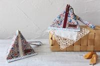 デコレクションズさんの小花柄ラミネートで作る三角ポーチ♪ - neige+ 手作りのある暮らし