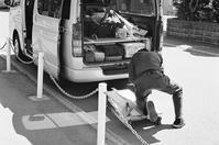 路上で作業する人々と「みんな元気になる絵本」 - 照片画廊