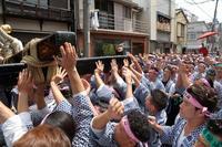 都内最大級の千貫神輿が、下町の路地を練り歩く(台東区、鳥越祭の後半) - 旅プラスの日記