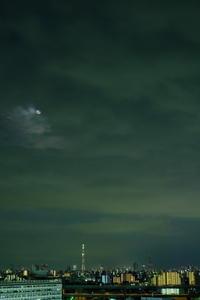 月とスカイツリー / X-T2 + XF35mmF1.4 R - minamiazabu de 散歩 with FUJIFILM
