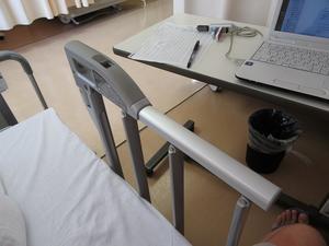 入院生活 ベッドサイドレール - 大工さんが木造住宅作ってるよ。