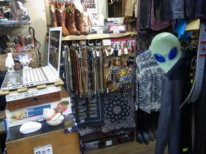 店内大変混雑しております☆ - 上野アメ横 ウェスタン&レザーショップ石原商店