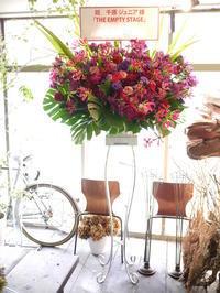 コメディショーに出演される千原ジュニアさんへのスタンド花。「赤~紫~ワインレッド」。共済ホールにお届け。2017/06/24。 - 札幌 花屋 meLL flowers