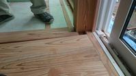うづくりの床板貼ってます。 - 木楽な家 現場レポート
