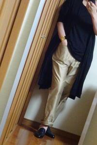 明るいベージュのパンツと黒のコーディネイト - おしゃれ自己満足日記