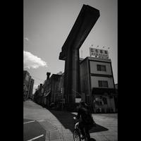 駅前に謎の構造物を発見 - 正方形×正方形