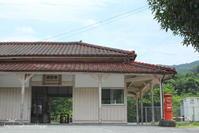 赤いポストと小さな古い駅 - 1 - - *Any*