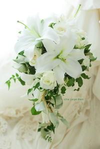 キャスケードブーケ、明治学院大学のチャペルへ 挙式のユリのブーケ 花嫁を守る - 一会 ウエディングの花
