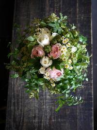 結婚式の前撮り用のクラッチブーケ。「グリーン多め、白メインに少しピンク」。2017/07/07。 - 札幌 花屋 meLL flowers